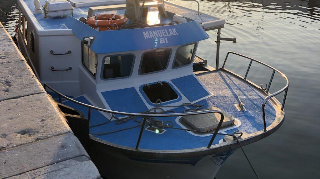 Barco Manuelak Bi antes de zarpar