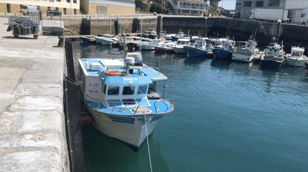 Barco Manuelak Bi en el puerto